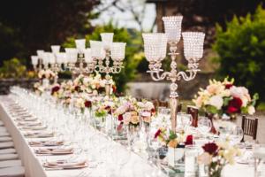 Allestimento tavolo imperiale con candelabri e fiori