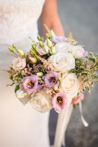 Bouquet con fiori bianchi viola e verdi