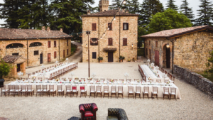 Allestimento tavoli imperiali nella corte di un borgo