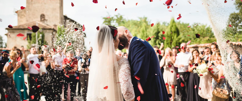 Lancio di rose e petali a sposi fuori chiesa