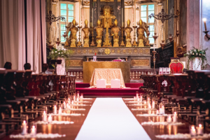 Allestimento chiesa con candele the white rose