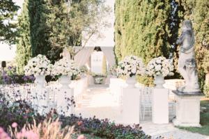 Fantastica cerimonia con vasi con rose bianche